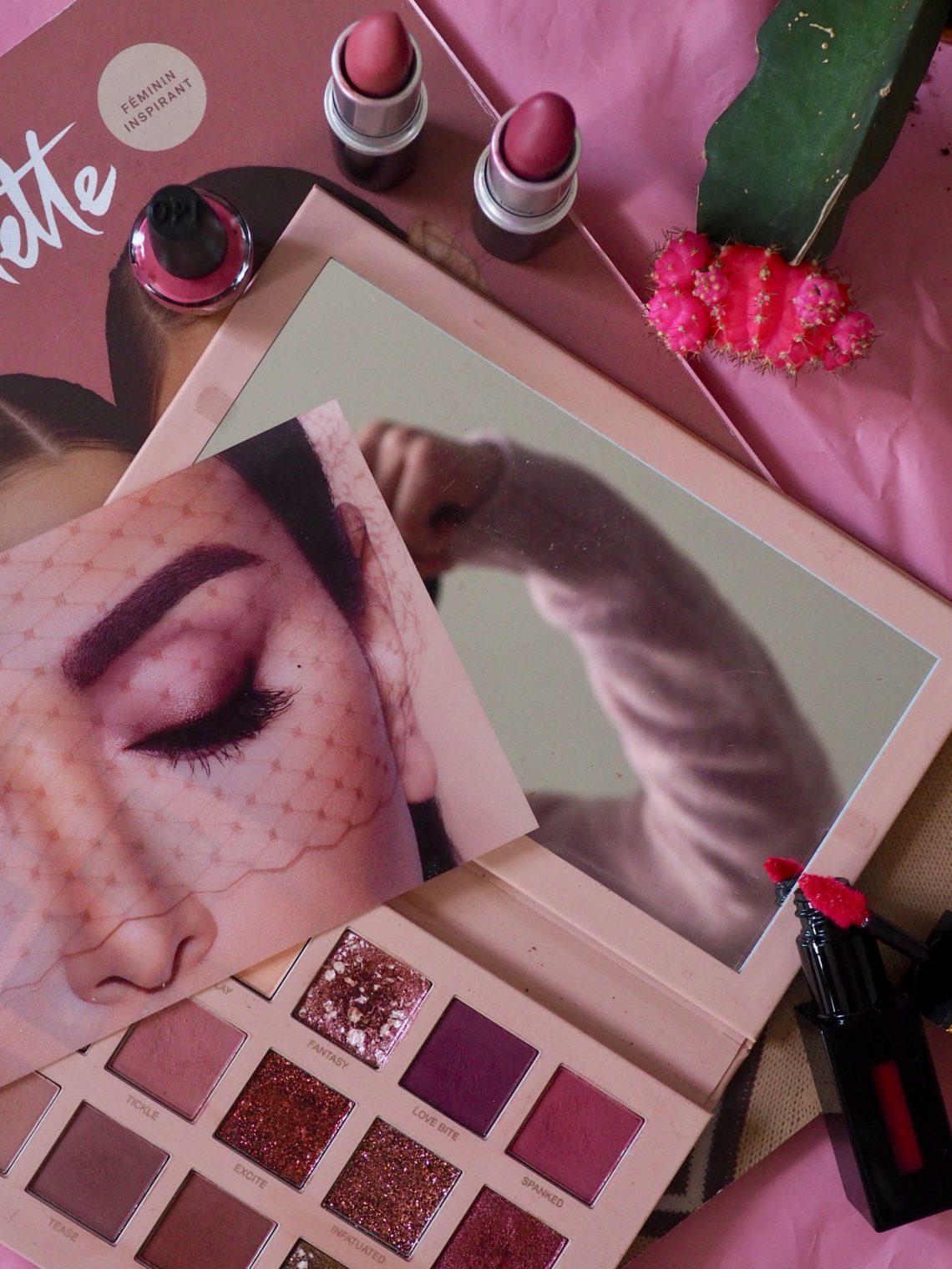 photo monochrome rose composition avec magazine de mode et maquillage