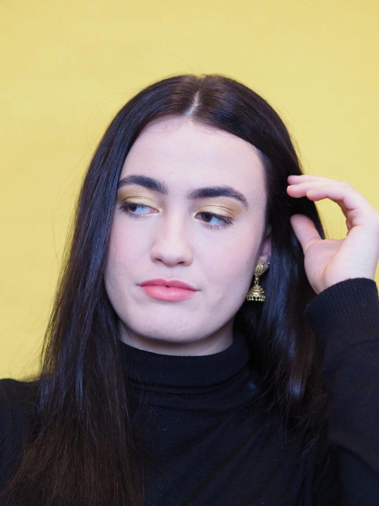 maquillage jaune sur Inès